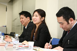 「アルバイトから社員登用され、トップマネジメントをしている人もいる」と、ゼンショーの鈴木さん(写真中央)