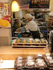 豊富な惣菜は、売り場のすぐ脇で調理加工しているため、お客さまとの会話や、お客さまにあわせた品ぞろえが時間帯に合わせてできる。