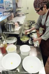 ちゃんぽんは、1食ずつ調理。火を使わないIHコンロのため厨房が暑くならず、また鍋を振らなくて良いため、女性でも快適に調理できるのが特徴。