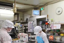 調理場からも売り場の様子がわかるようにモニターを設置